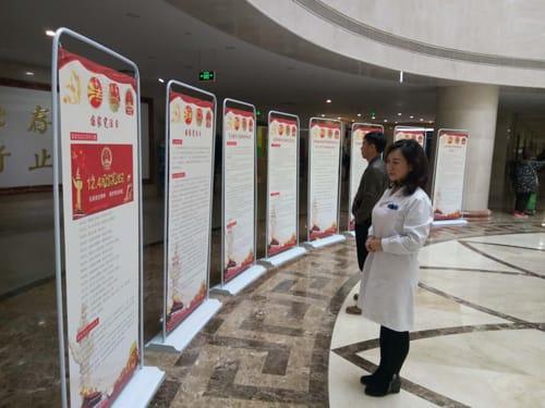 Изучение стендов врачами и пациентами госпиталя