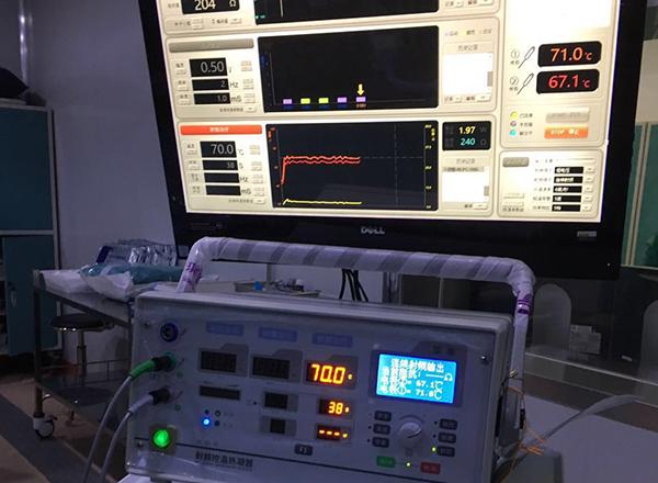 Путем подачи низкочастотного тока подается напряжение в зону поражения